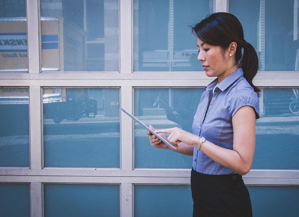 búsqueda empleo, mujer asiática, oficina, traje formal