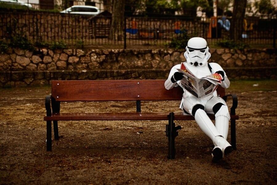 stormtrooper busca empleo, armadura, parque, periódico, fuerza laboral