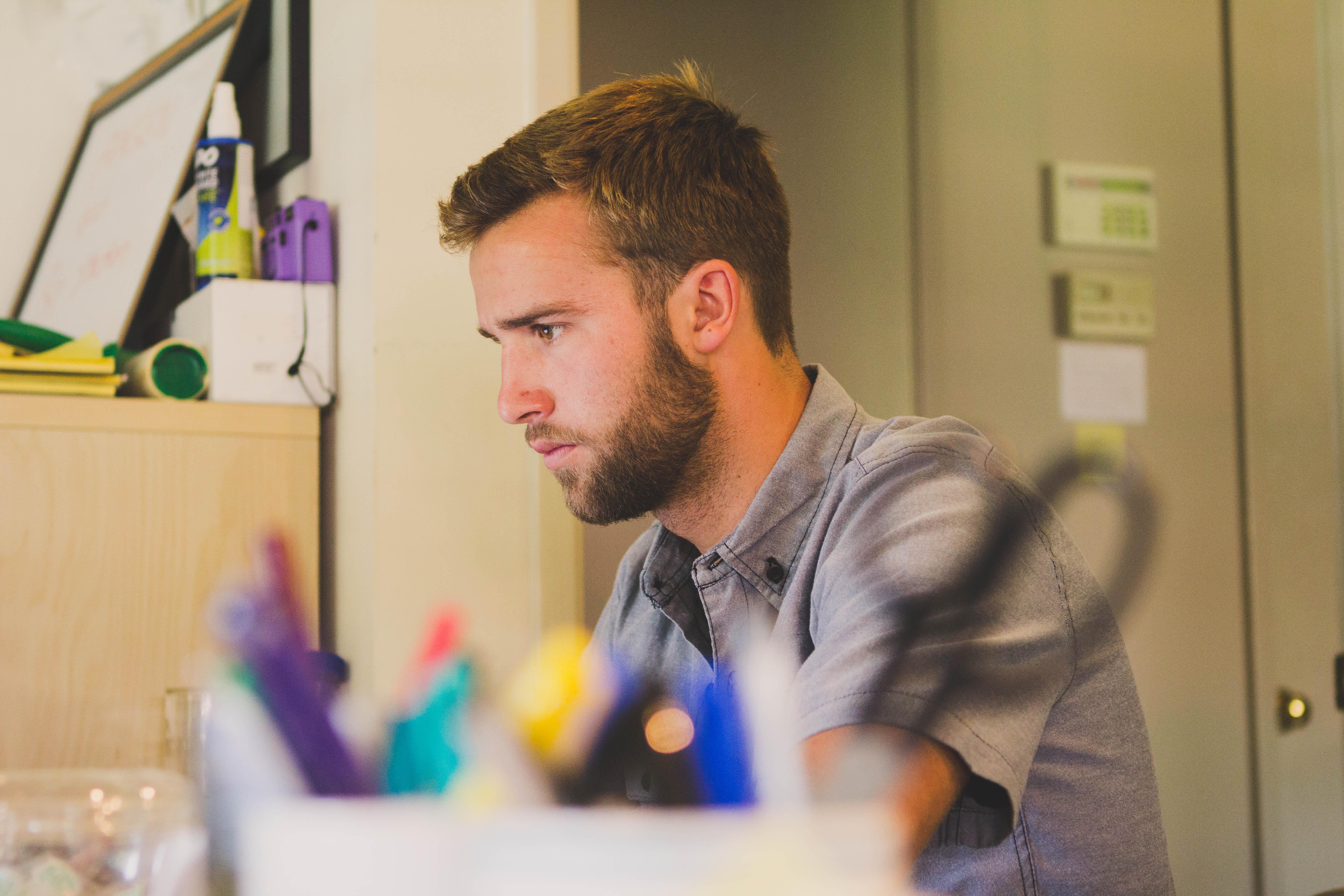 trabajador de oficina, proceso de búsqueda de empleo, desesperación.