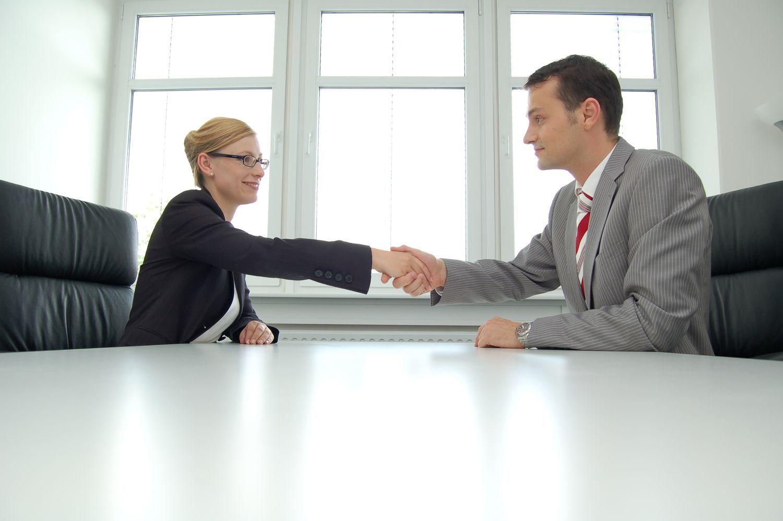 empleados, entrevista trabajo, mujer, hombre vestido de paño, mesa apretón de manos