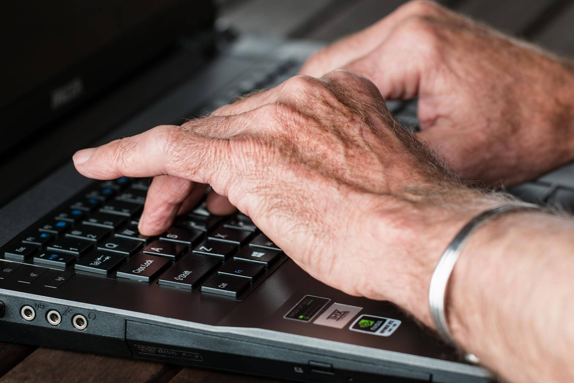 cuentas corporativas, mensajes email, mensajes personales, computador
