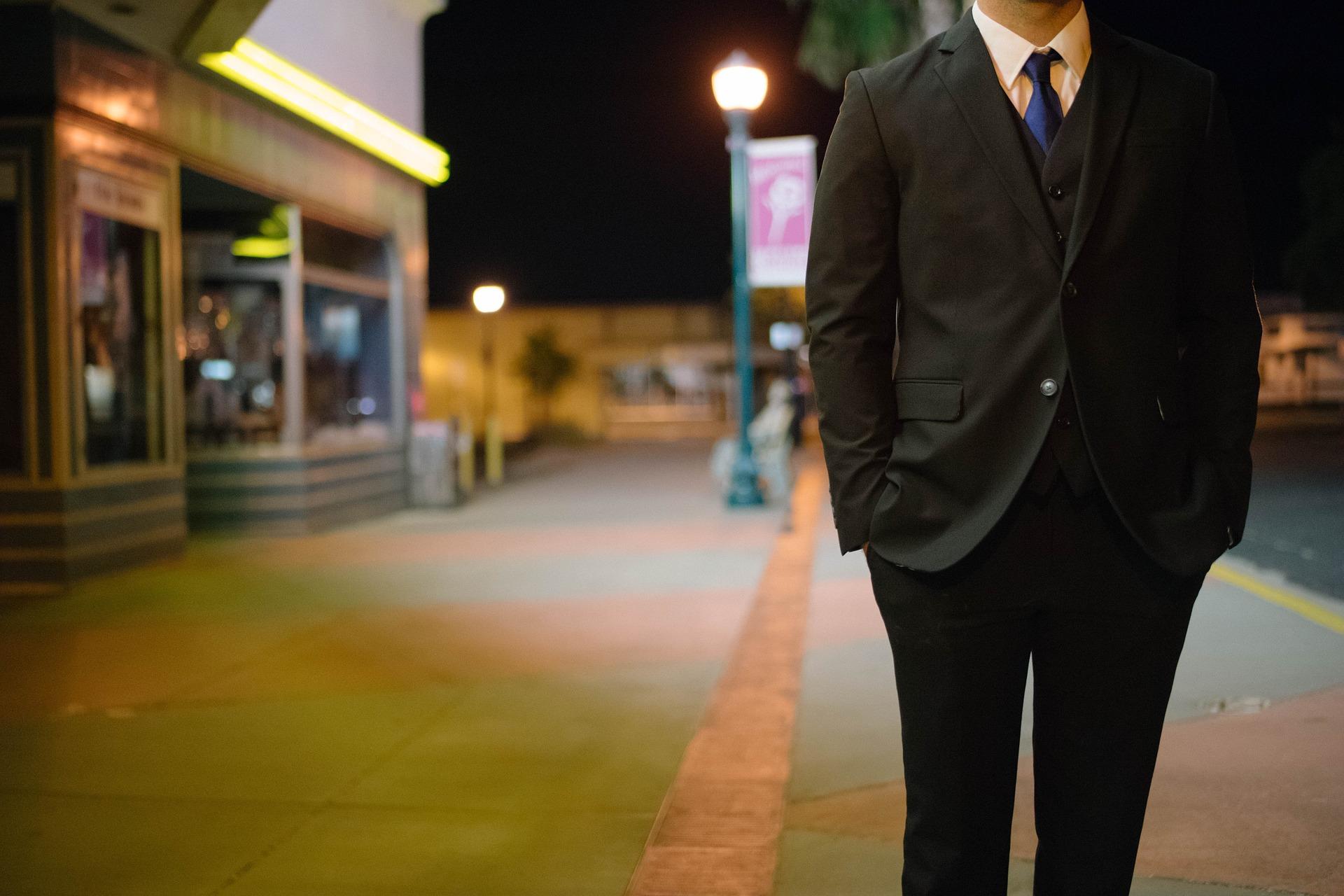 candidato a selección laboral, entrevista de trabajo, trabajador, calle, noche, traje de paño, corbata.