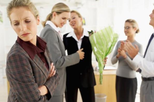 envidia en el trabajo, problemas laborales, envidia en el empleo, como saber si me tienen envidia, situaciones incomodas en el trabajo