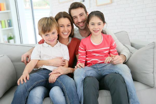 familia-abrazo-feliz