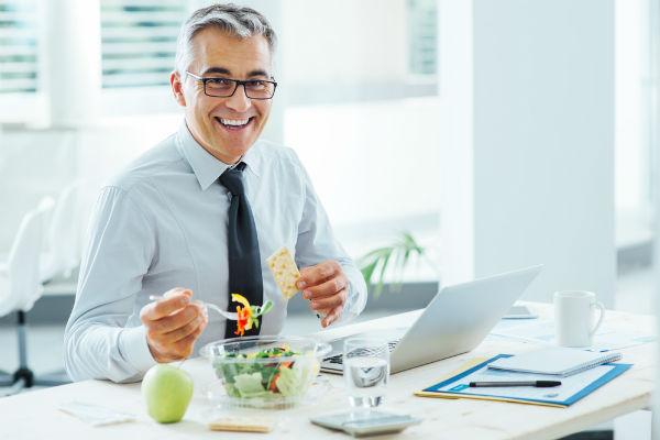 hombre-oficina-comida-saludable