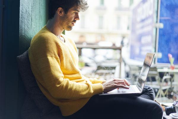 hombre-trabajo-computador