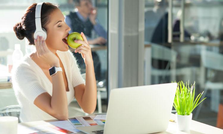No descuides tu alimentación mientras trabajas, puedes afectar gravemente tu salud