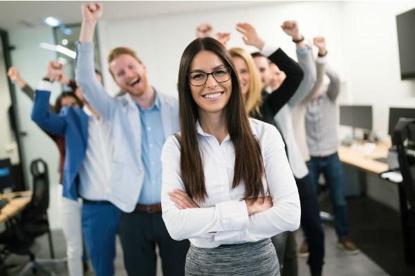 mujer-feliz-trabajo-compañeros