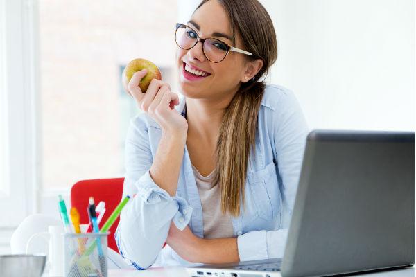 mujer-manzana-trabajo