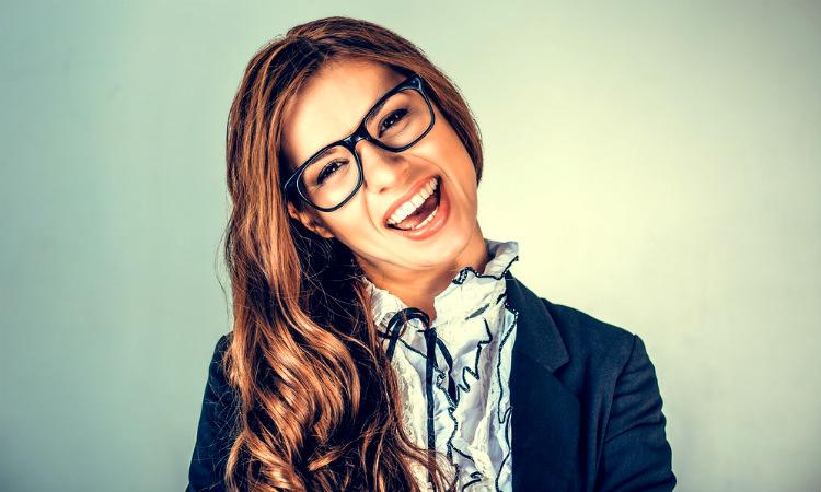 Dicen que usar gafas en la entrevista eleva las posibilidades, ¡Vale la pena intentarlo!