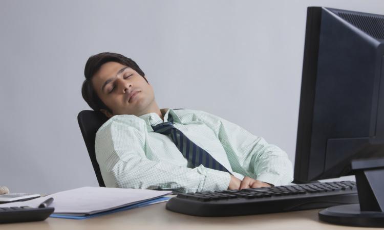 ¿Te da sueño en la oficina? Sigue estos tips para que no te duermas